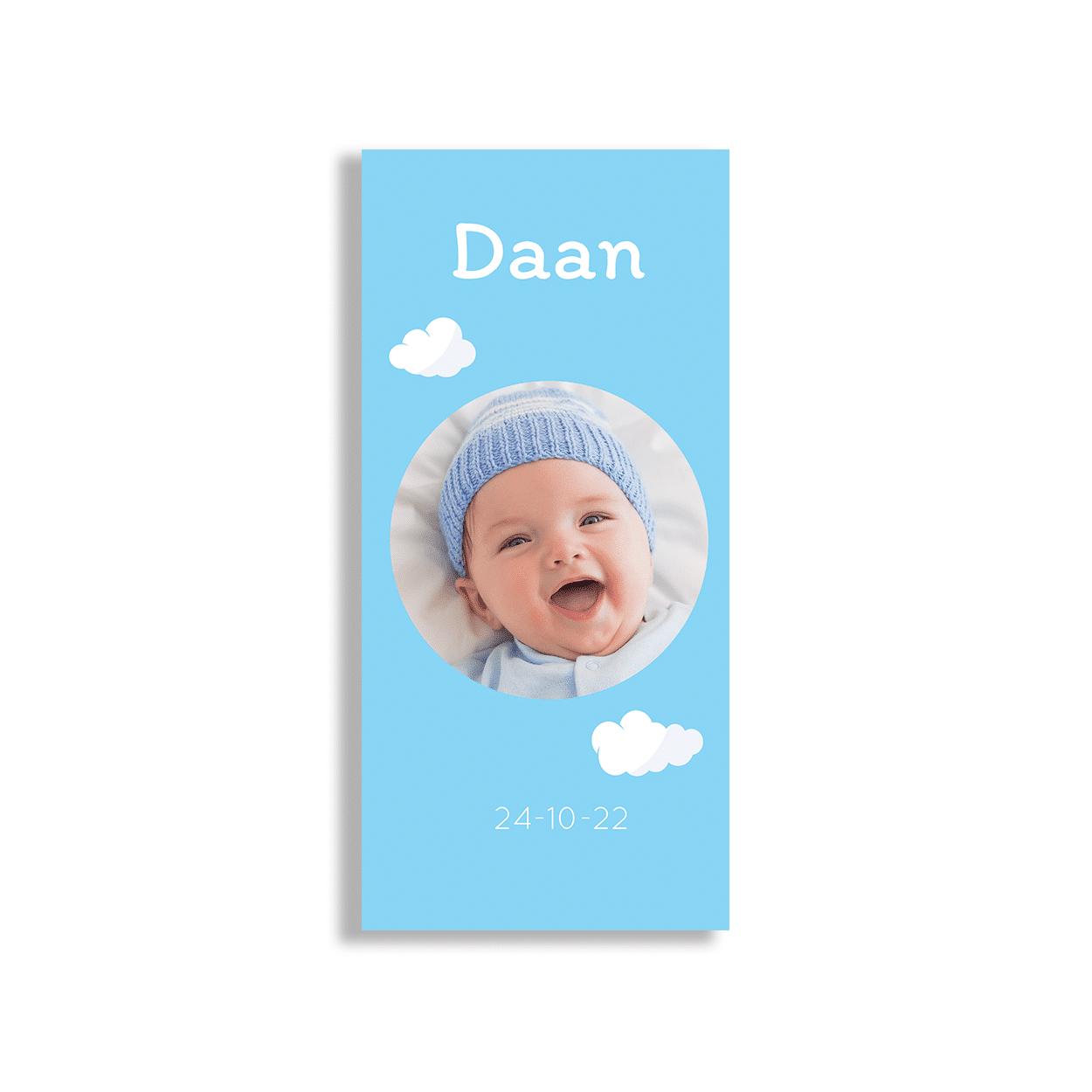 Langwerpig klassiek blauw kaartje met wolken voorzijde