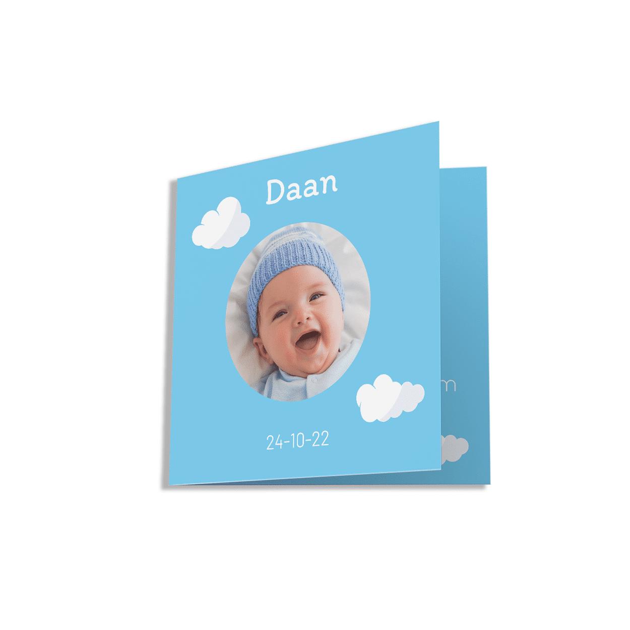Klassiek blauw kaartje met wolken voorzijde