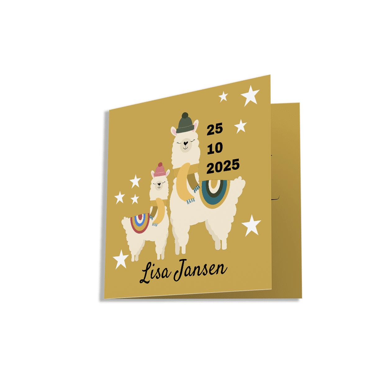 Een hip geel vierkant geboortekaartje met een vrolijke lama op de voorzijde.